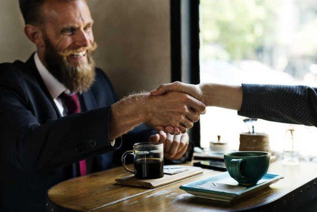 Due uomini si stringono la mano